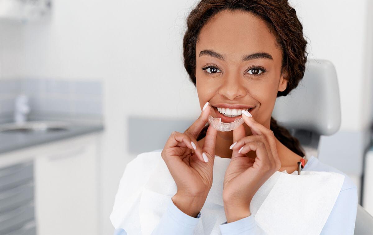 Junge Frau mit transparenter Zahnklammer