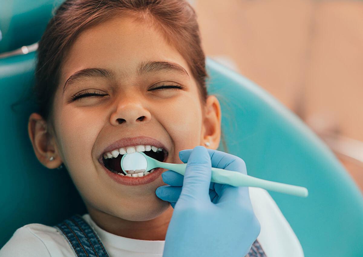 Untersuchung Kind beim Zahnarzt